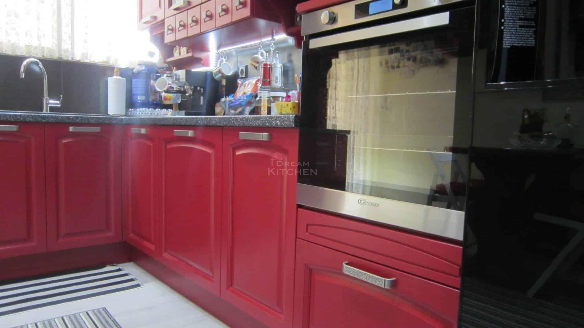 κουζίνα ημιμασίφ σε κόκκινο χρωματισμό