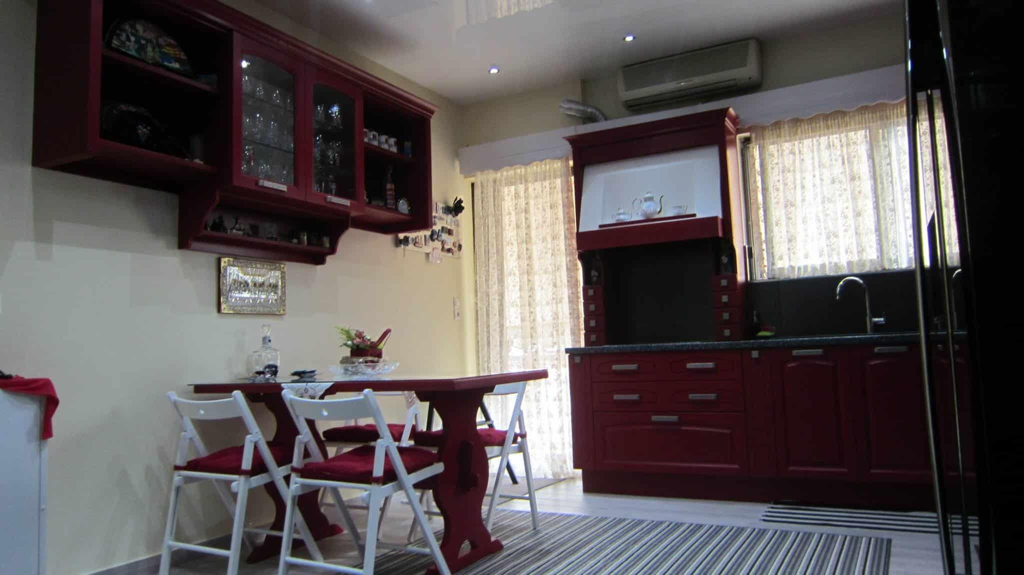 κόκκινη κουζίνα Midacharme σε νεοκλασσικό ύφος