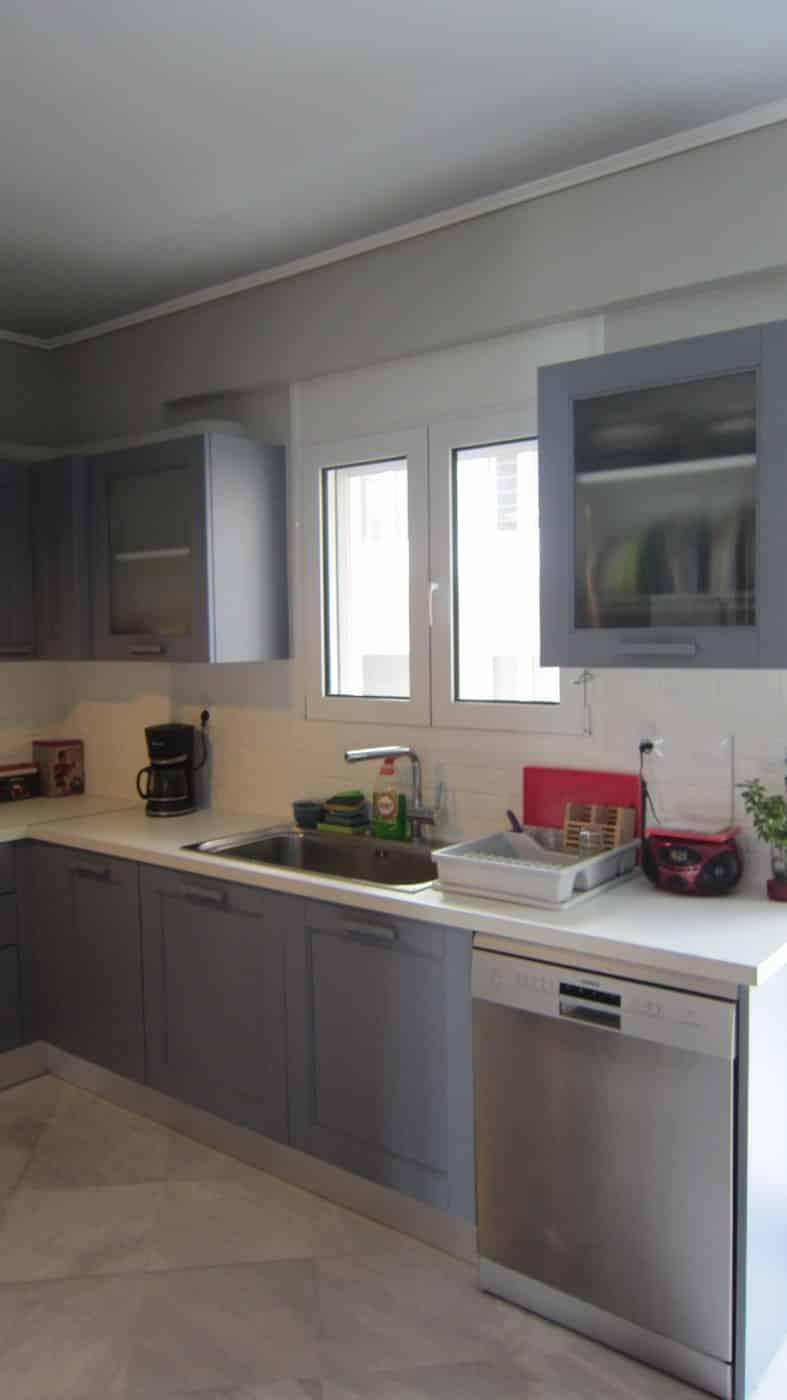 Δεξια πλευρα κουζινας με ελευθερο πλυντηριο πιατων