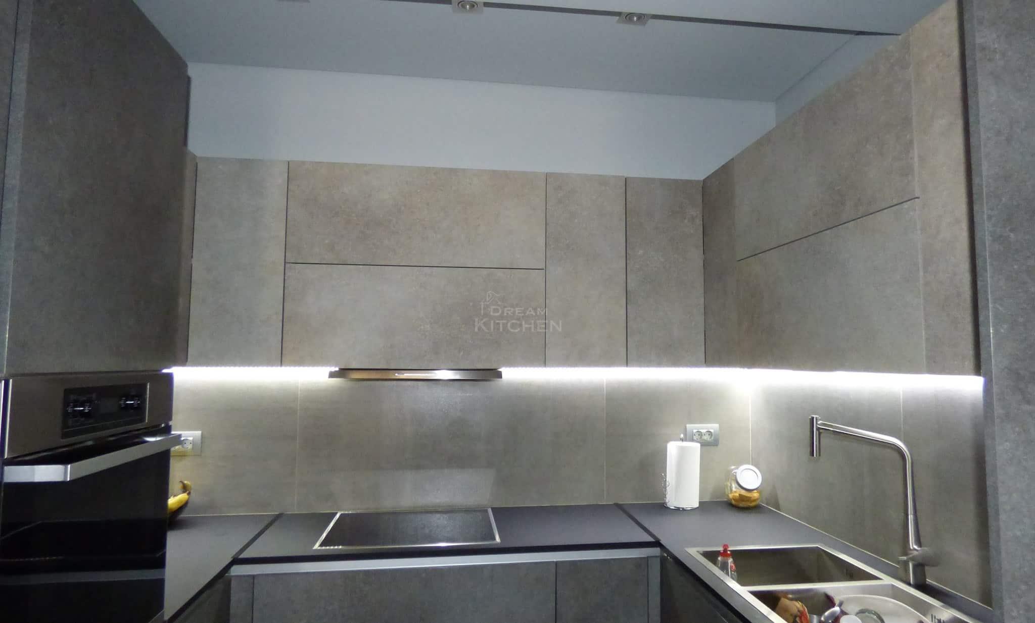 Επίπλα κουζίνας HPL Cemento με παγκο Fenix 7