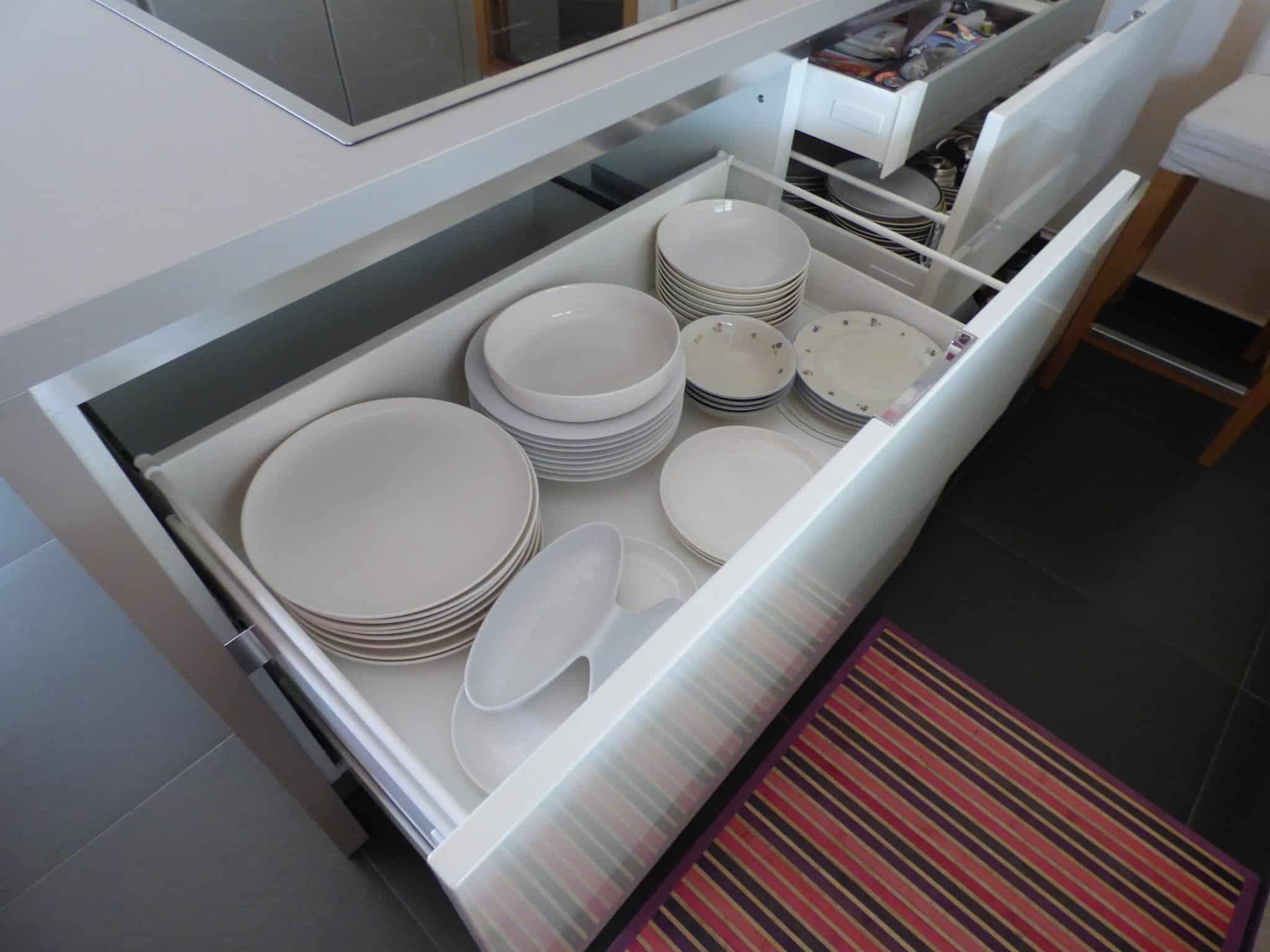 Έπιπλα Κουζίνας Λάκας Nexa με χωνετή λαβή Gola και πάγκους Νανοτεχνολογίας FENIX NTM® χρωματισμού Zinco Doha 15