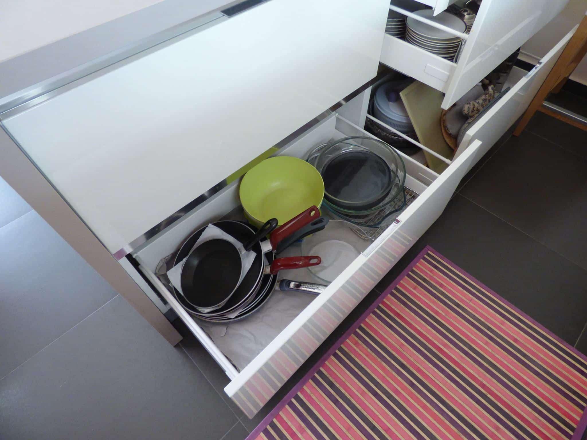 Έπιπλα Κουζίνας Λάκας Nexa με χωνετή λαβή Gola και πάγκους Νανοτεχνολογίας FENIX NTM® χρωματισμού Zinco Doha 16