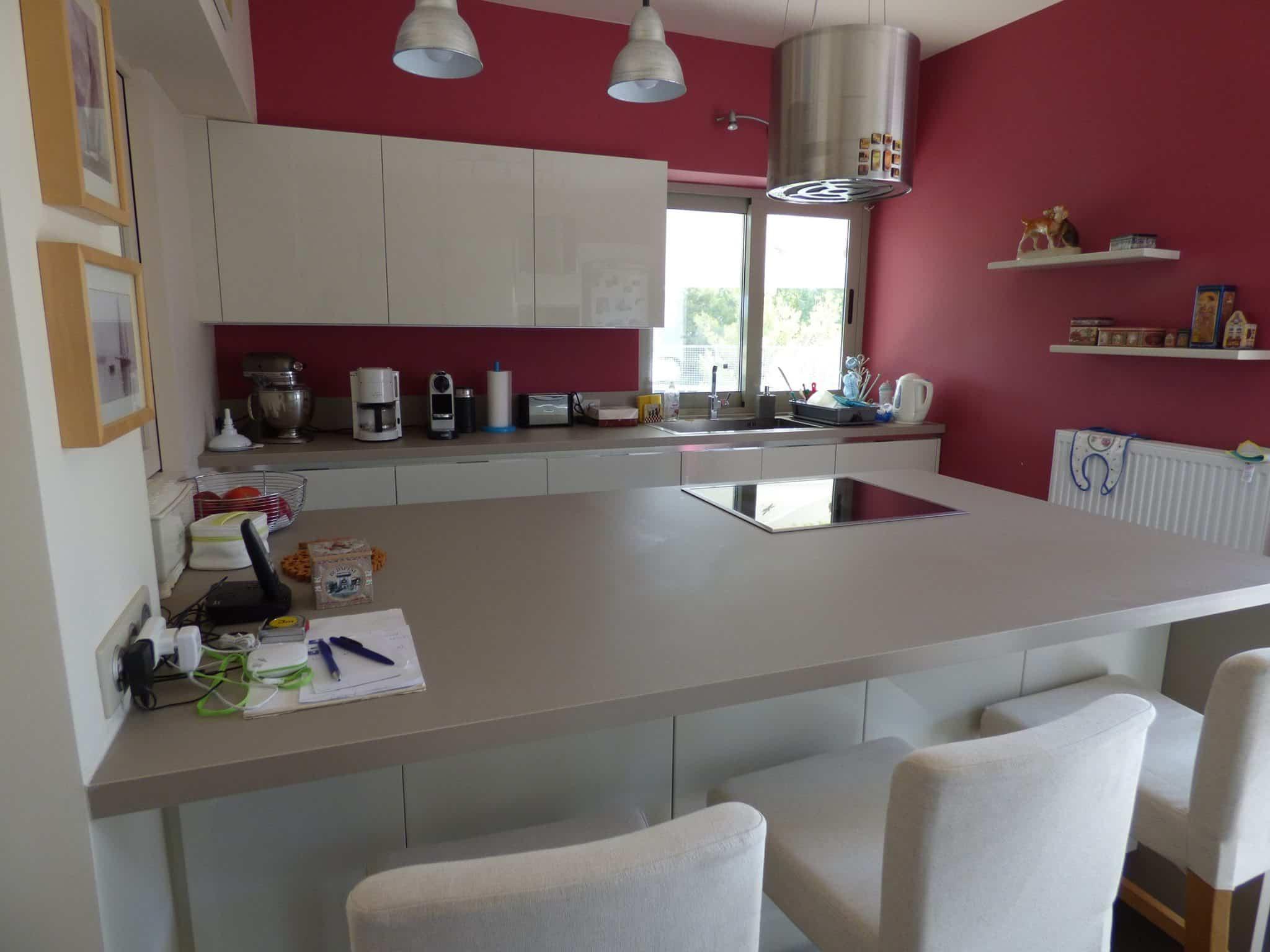 Έπιπλα Κουζίνας Λάκας Nexa με χωνετή λαβή Gola και πάγκους Νανοτεχνολογίας FENIX NTM® χρωματισμού Zinco Doha 21
