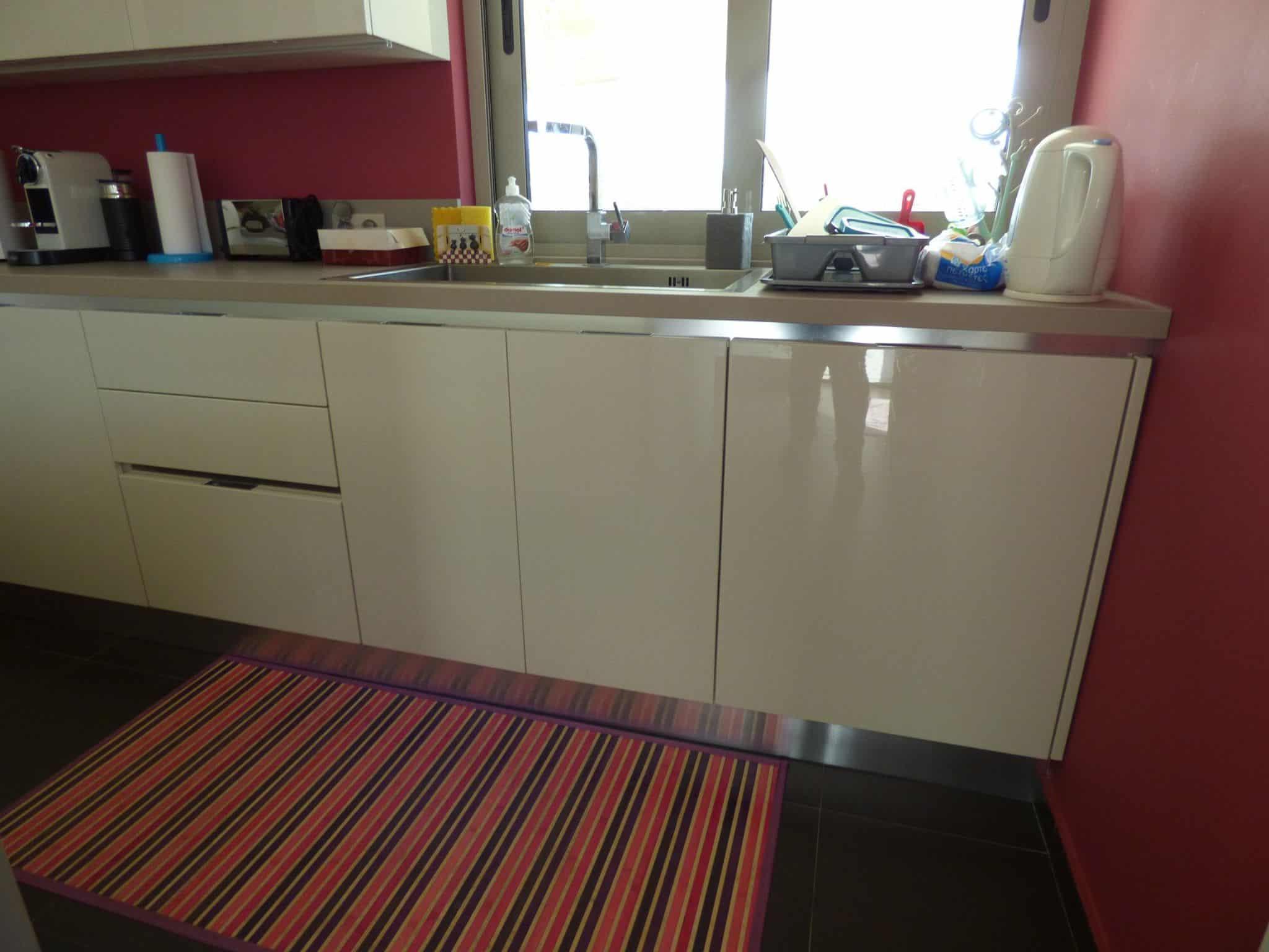 Έπιπλα Κουζίνας Λάκας Nexa με χωνετή λαβή Gola και πάγκους Νανοτεχνολογίας FENIX NTM® χρωματισμού Zinco Doha 27