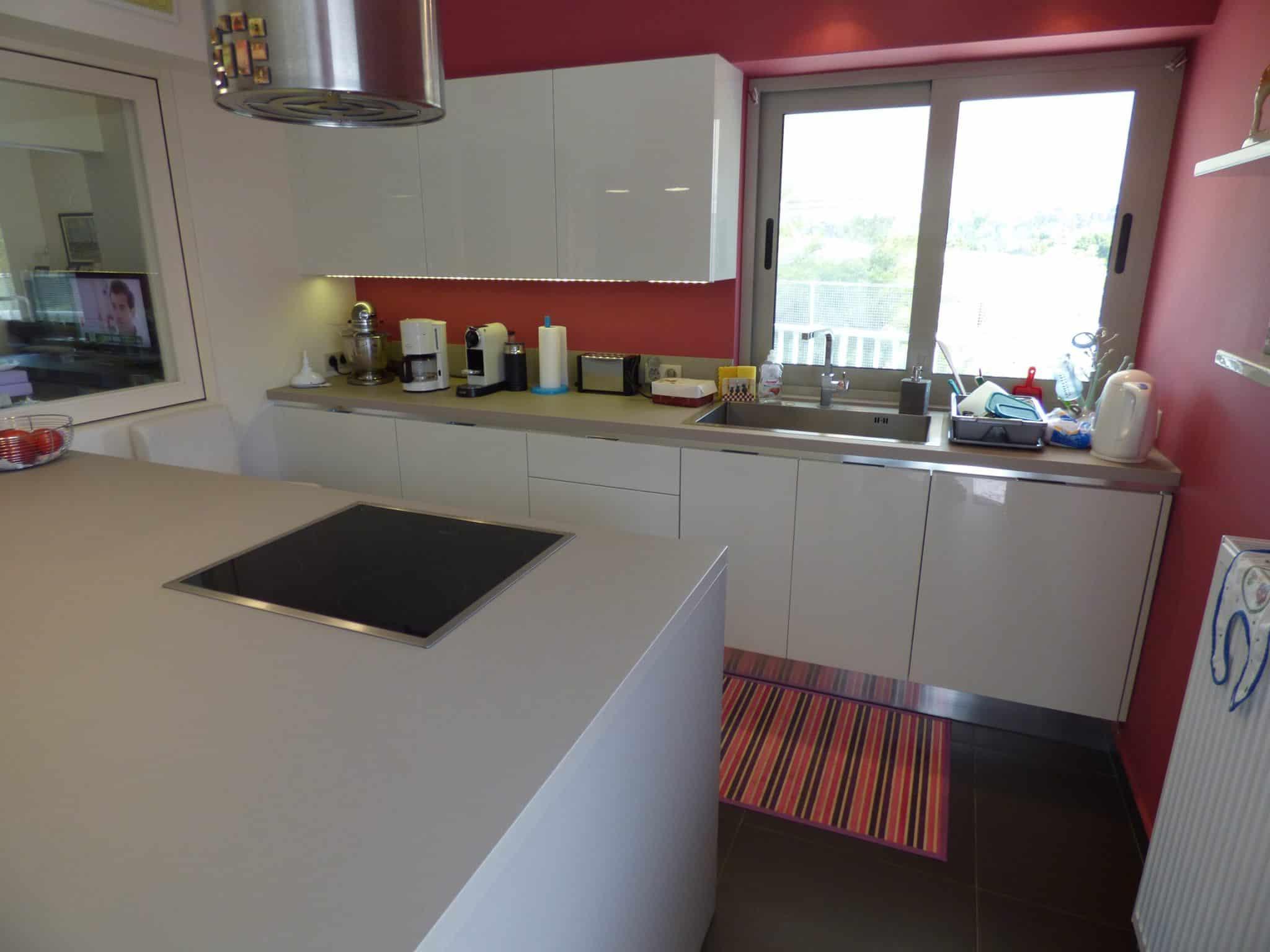 Έπιπλα Κουζίνας Λάκας Nexa με χωνετή λαβή Gola και πάγκους Νανοτεχνολογίας FENIX NTM® χρωματισμού Zinco Doha 38
