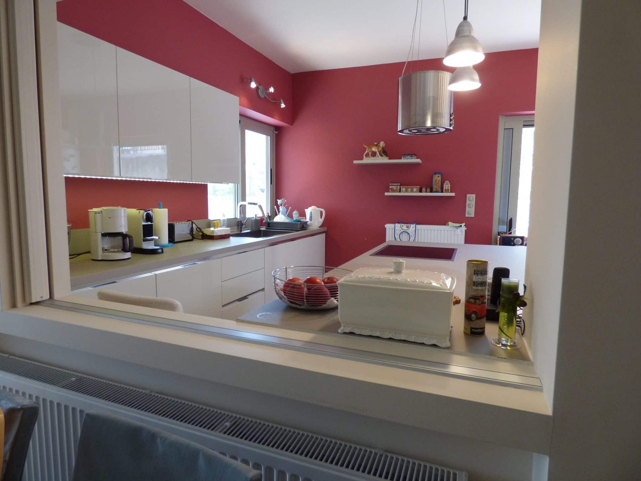 Έπιπλα Κουζίνας Λάκας Nexa με χωνετή λαβή Gola και πάγκους Νανοτεχνολογίας FENIX NTM® χρωματισμού Zinco Doha 45