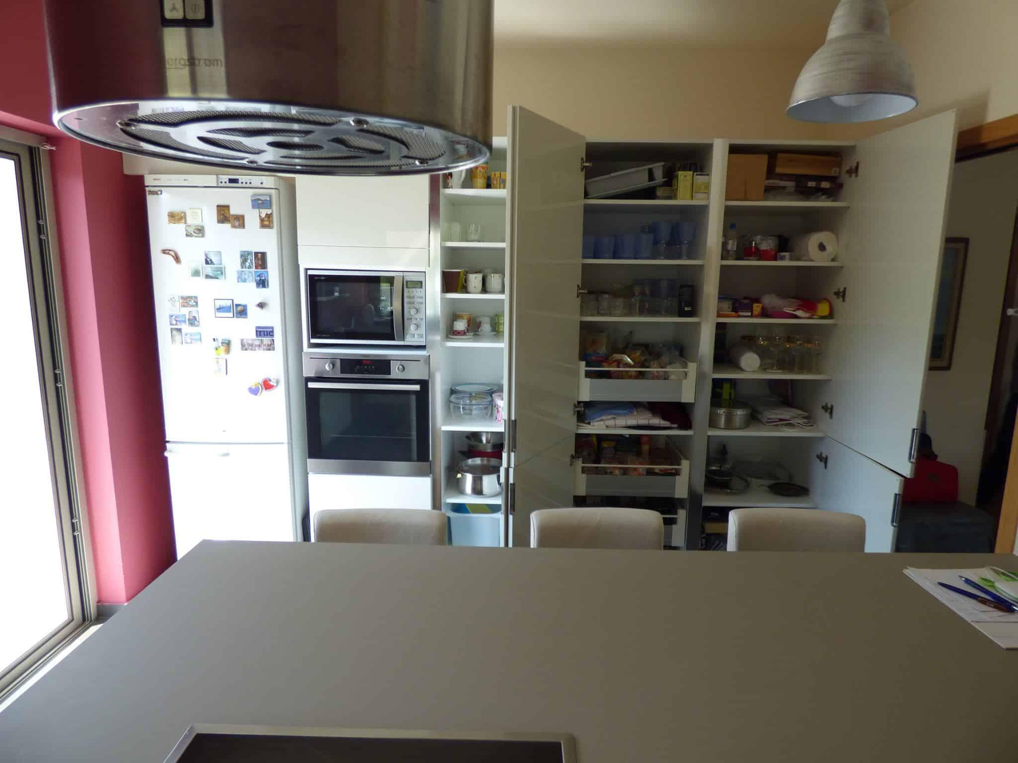 Έπιπλα Κουζίνας Λάκας Nexa με χωνετή λαβή Gola και πάγκους Νανοτεχνολογίας FENIX NTM® χρωματισμού Zinco Doha 46