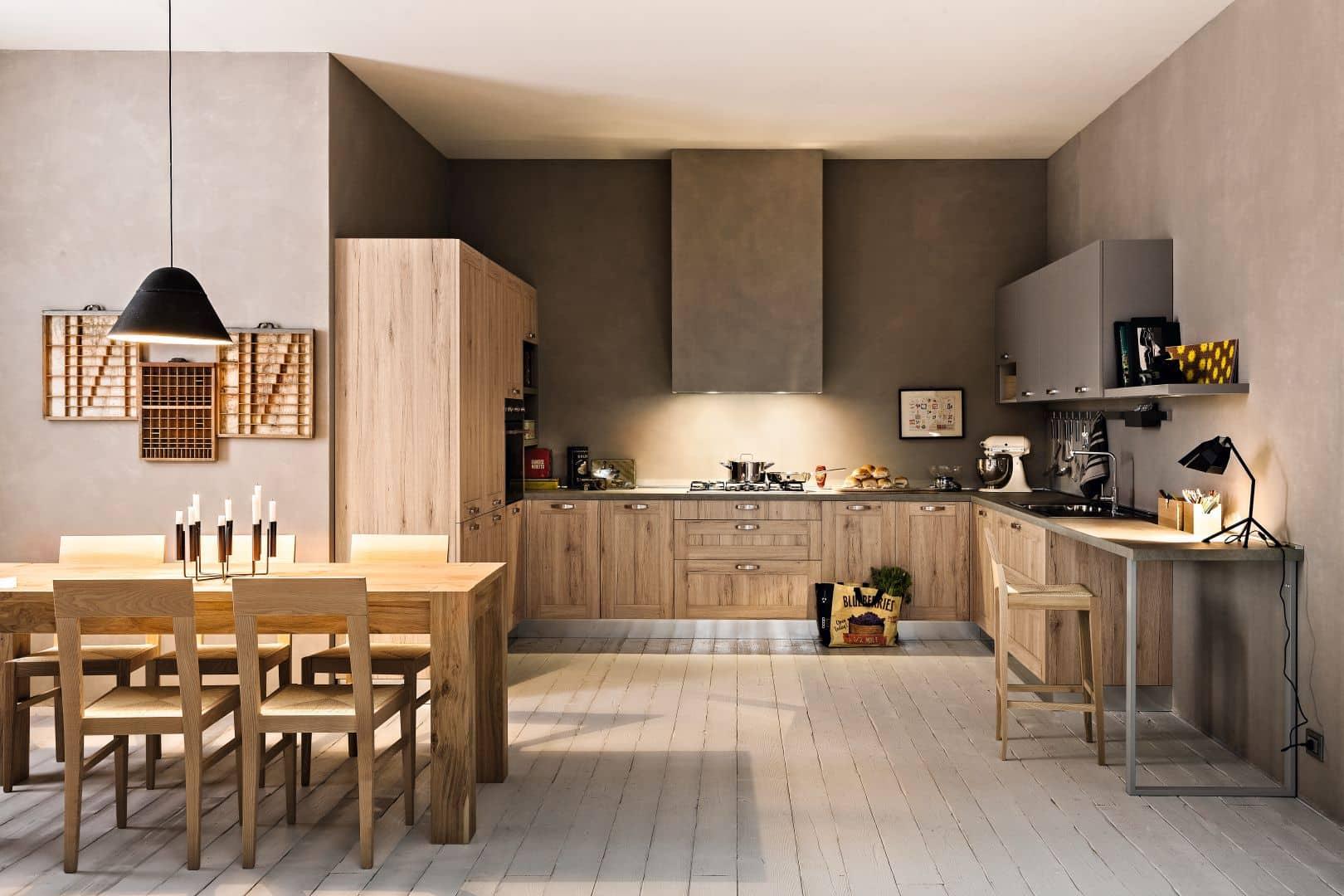 Κουζίνα με τελαρο σε χρωματισμό φυσικό δρυς και χρωματισμό γκρι ματ
