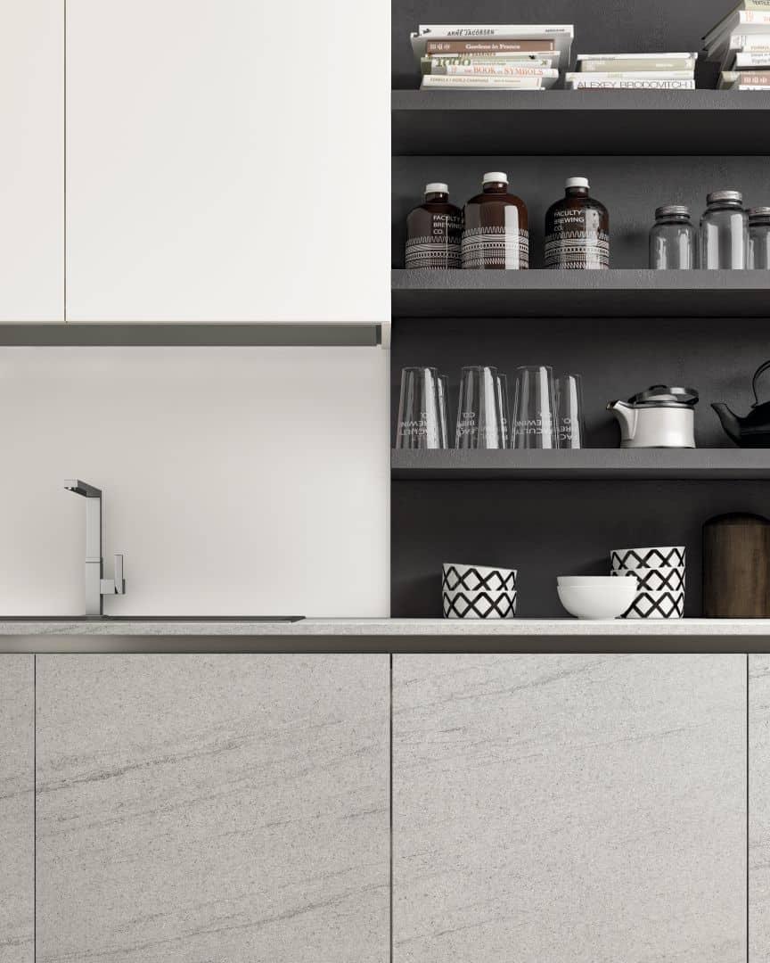 Κουζίνα γυαλιστερή λευκή λάκα με βακελίτη HPL σε γκρι ανοιχτό με υφή τσιμέντου