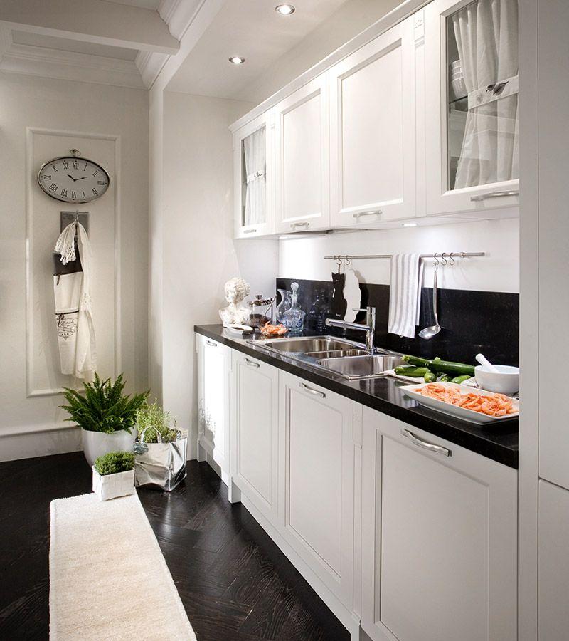 λευκή κουζίνα σε ματ χρωματισμό με βαφή νερού