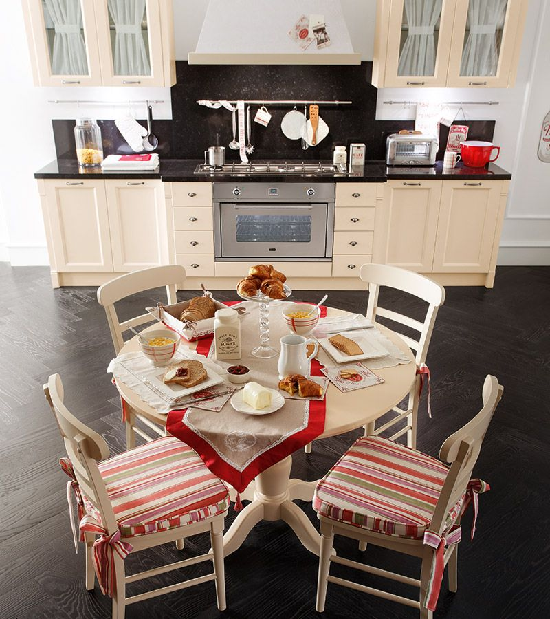 κουζίνα με μασίφ ροτόντα τραπέζι