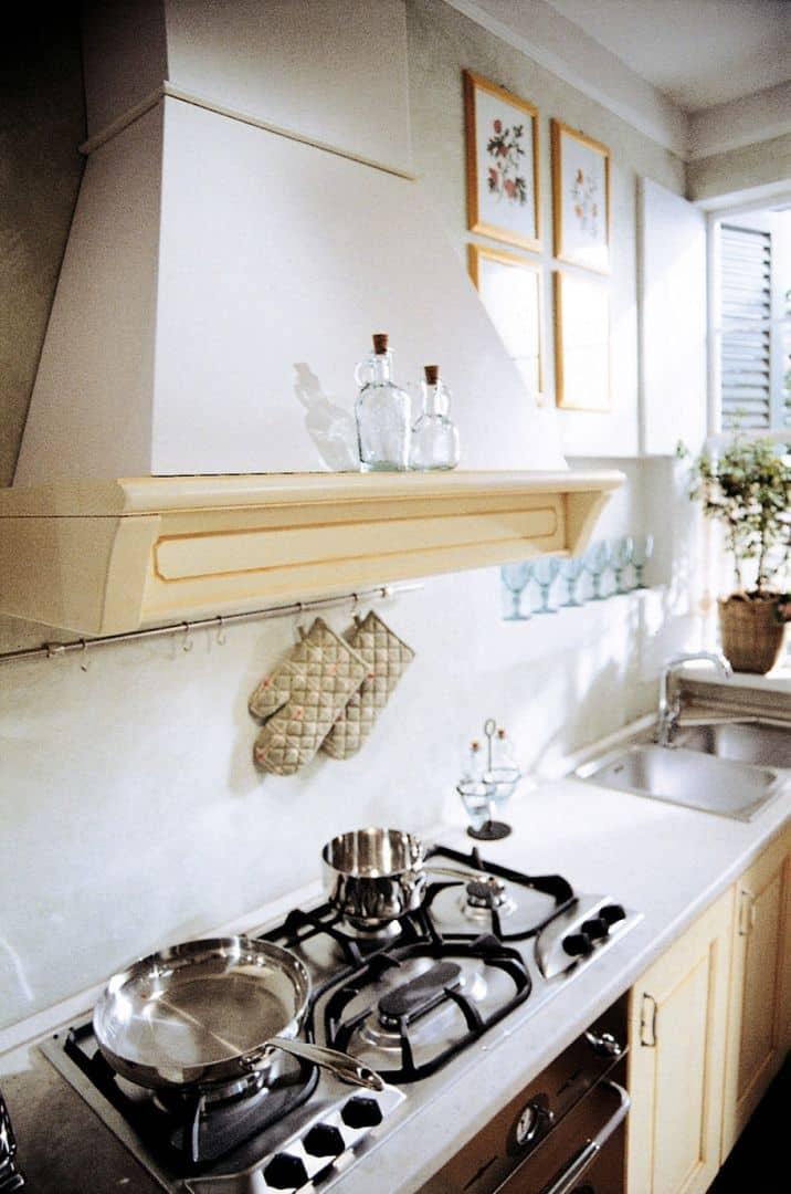Κουζίνα με πάγκο πλακάκια Valentina Μασίφ κουζίνα μπεζ με πορτοκαλί πατίνα