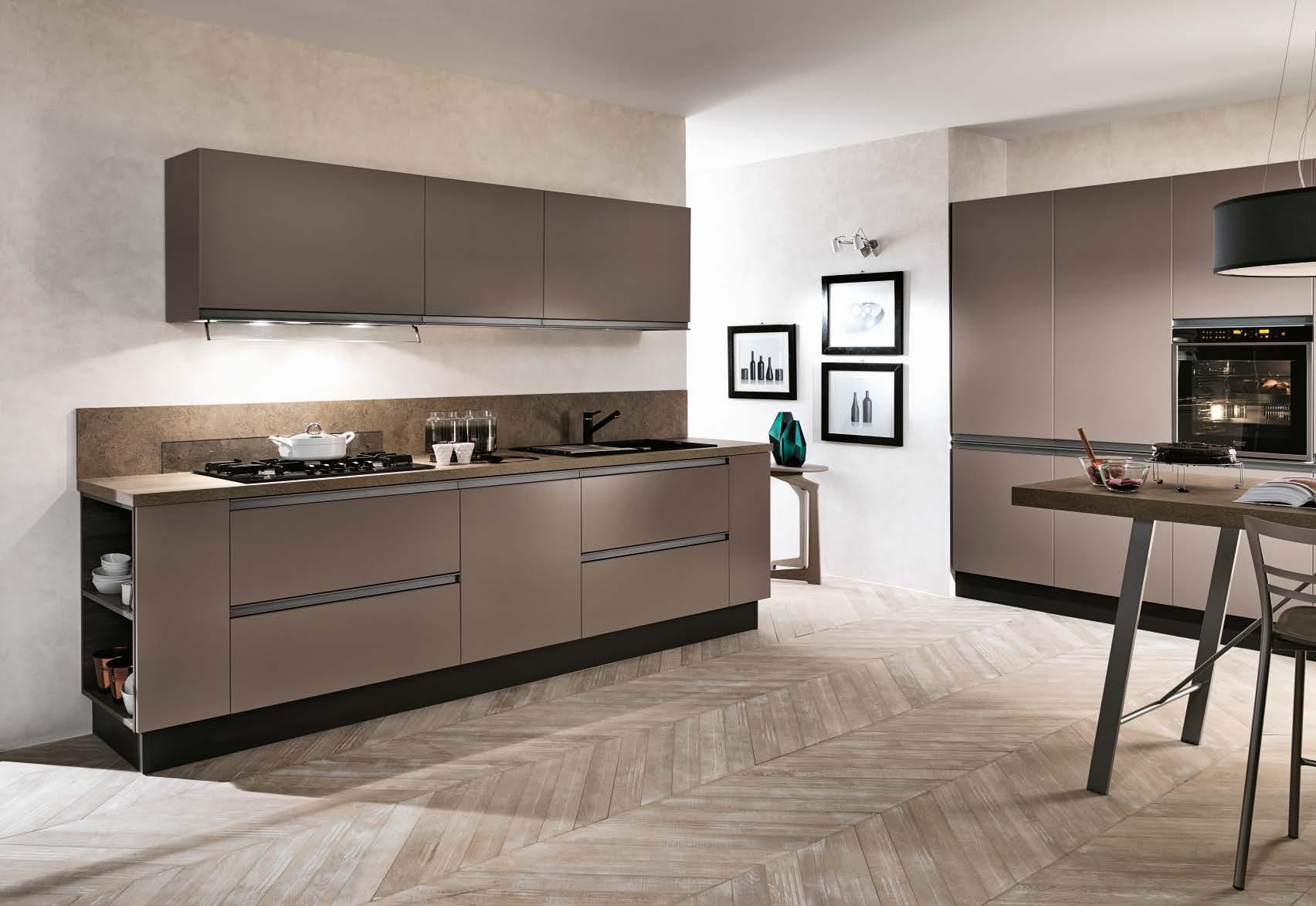 Linea κουζινα με ενσωματωμενη μεταλική λαβή σε γκρι-καφε ματ λάκα