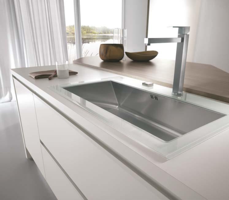 Linea κουζινα με ενσωματωμενη μεταλική λαβή σε λευκη ματ λάκα λεπτομερειες