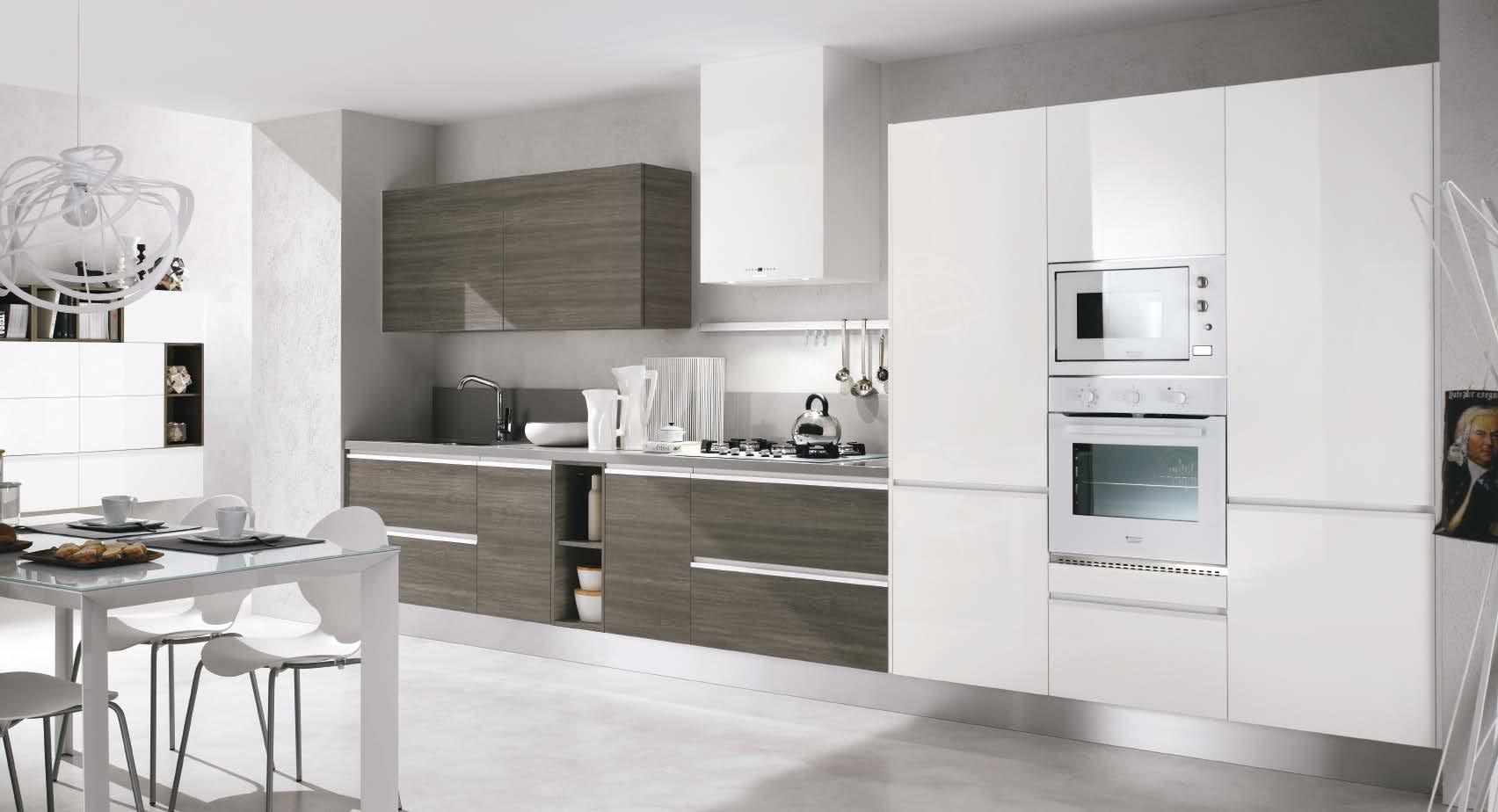 Linea κουζινα με ενσωματωμενη μεταλική λαβή σε λευκη γυαλιστερη λάκα και μελαμινη σε υφη ξυλου