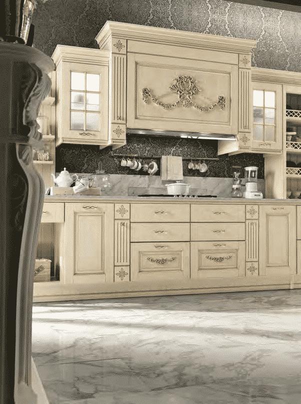 Opera Μασιφ κουζινα σε μπεζ χρωματισμο με χρυσή πατίνα και χρυσές λεπτομερειες