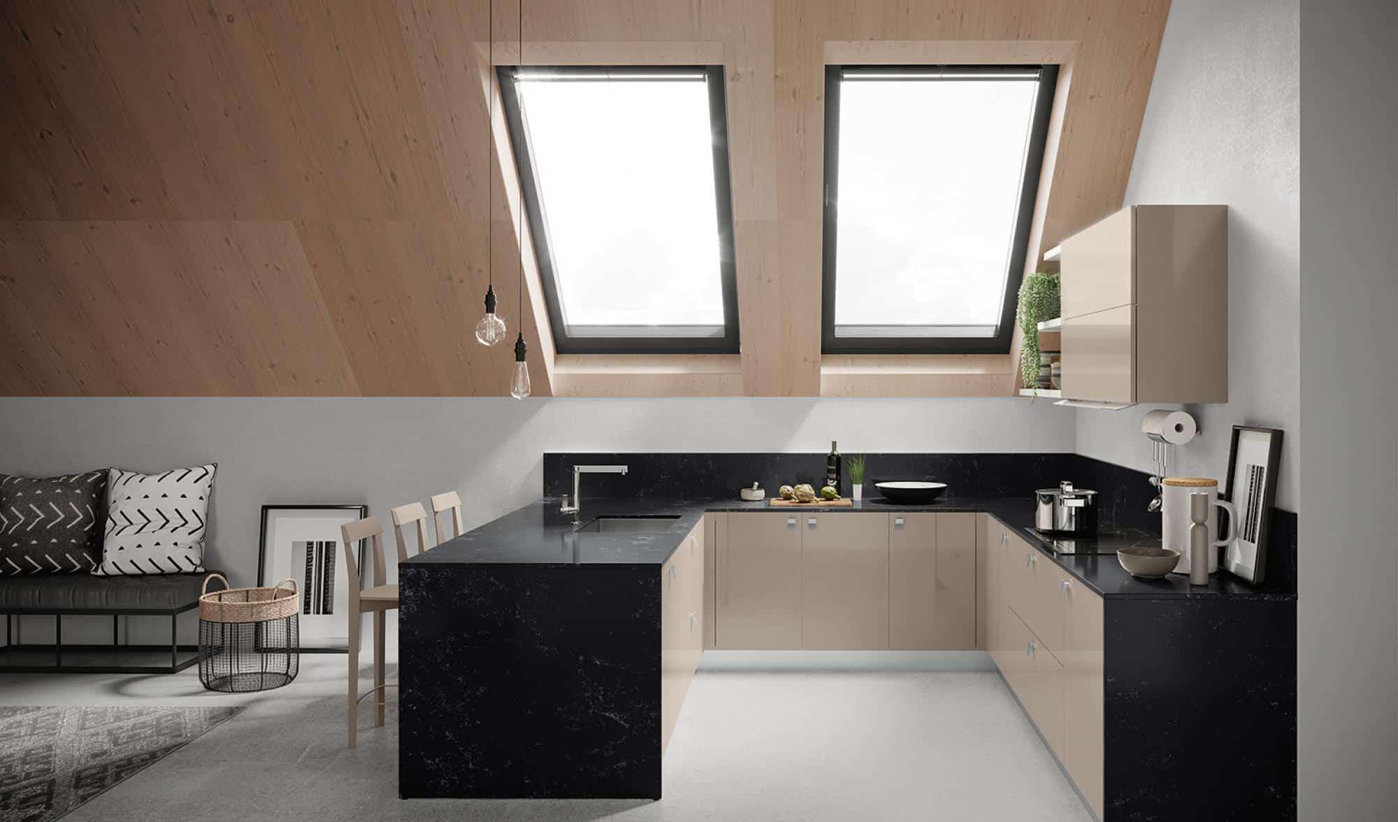 Κουζινα σε γυαλιστερό μπεζ πολυμερικο με μαυρο Okite παγκο