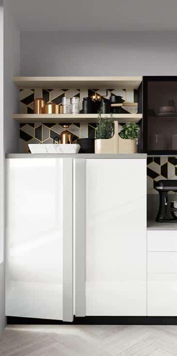 Κουζινα σε λευκο πολυμερικο γυαλιστερο με πομολο γκρι ματ καθετο μεγαλο